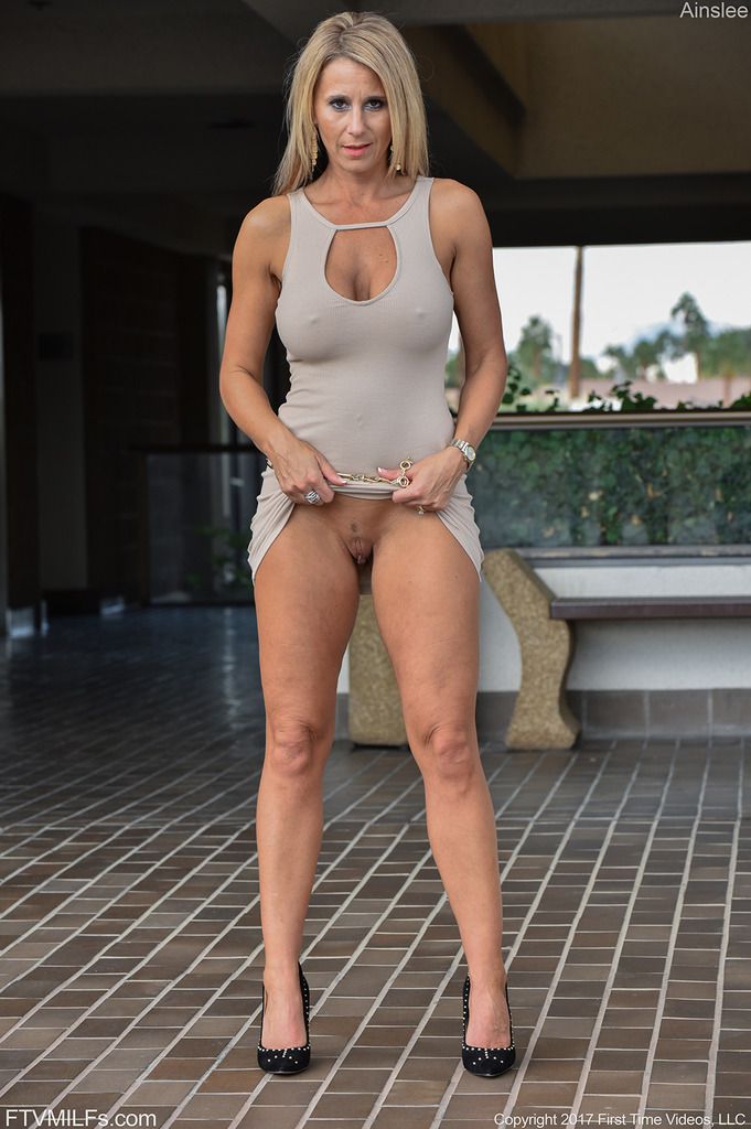 Busty milf julia ann stretches her pussy with big toy 5